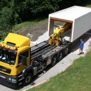 LKW liefert Betonfertiggarage an