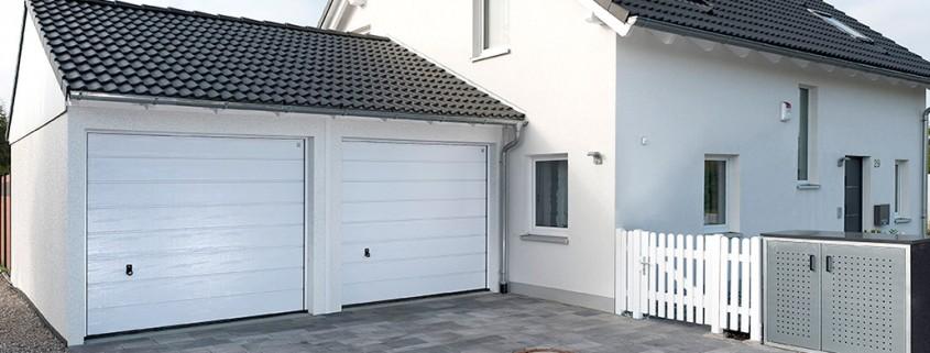 Doppelgarage an Haus angeschlossen