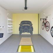 Geöffnete Betonfertiggarage mit individueller Ausstattung