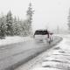 Fahrendes Auto auf verschneiter Straße